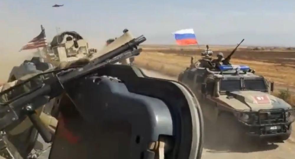 Suriye'nin doğusunda dünRus askeri konvoyundaki araç ile ABD askeri aracının çarpışma anı