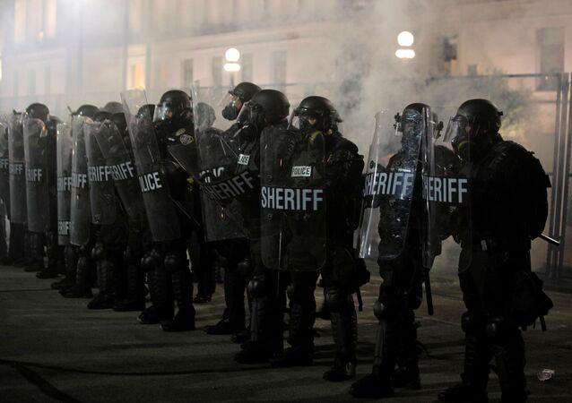 Jacob Blake protestolarında kalkanları gerisinde mevzilenen yerel polis memurları, Kenosha, Wisconsin, ABD (25 Ağustos 2020)