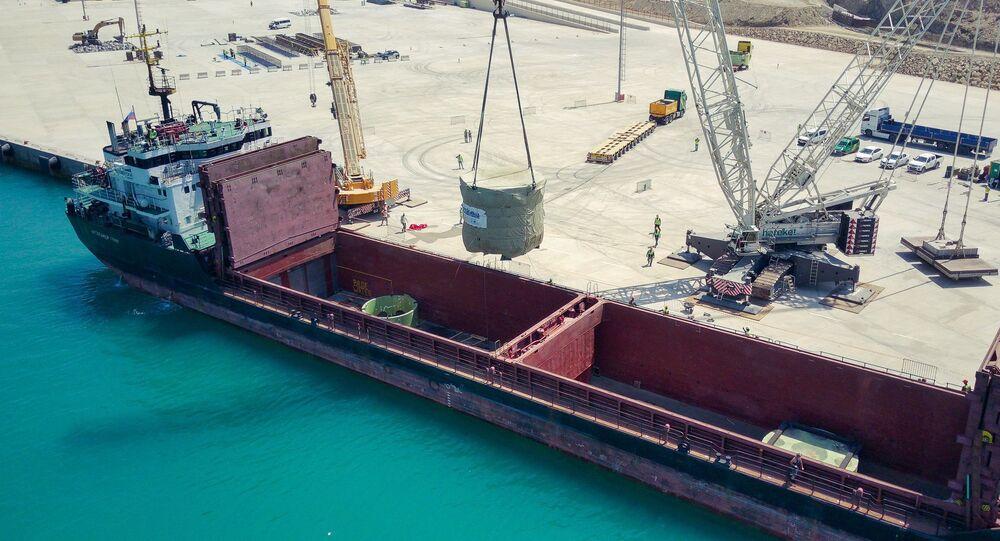 Mersin'de yapımı devam eden Akkuyu Nükleer Güç Santrali'nin 2. güç ünitesinin pasif güvenlik sisteminin en önemli elemanı olan kor tutucu, inşaat sahasına ulaştı.