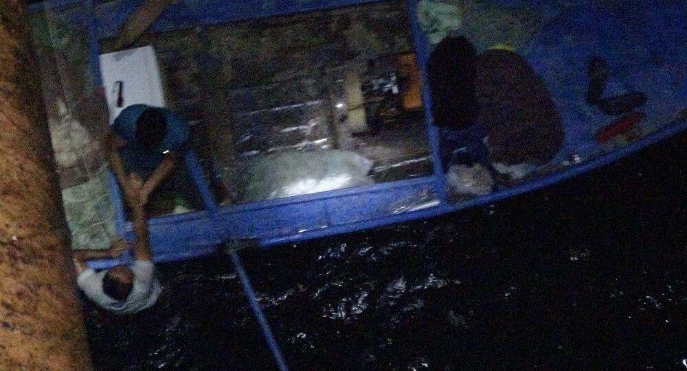 Köprüden göle düştü, balıkçıların attığı ağla kurtuldu