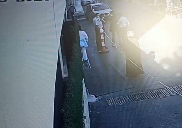 Ankara'da kağıt toplayıcısı 42 yaşındaki Alev Ş. montunun arkasına gizlediği av tüfeğiyle eski eşi Ö.D.'yi 'öldürmek için' gittiği hastanede özel güvenlik görevlilerinin dikkati sayesinde fark edilip gözaltına alındı. Eski eşini öldürmek amacıyla hastaneye gittiğini itiraf eden Alev Ş., ev hapsi cezasına çarptırıldı.
