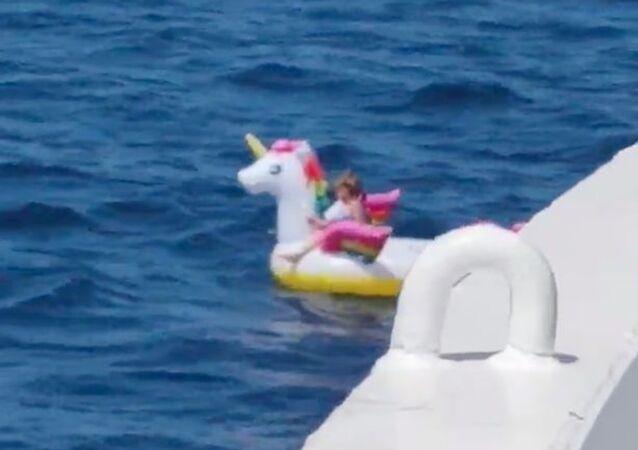 5 yaşındaki kız çocuğu Akdeniz'in ortasında can simidi ile sürüklenirken tesadüfen bulundu