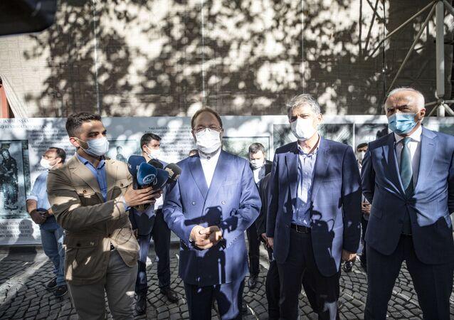 Danıştay ve Cumhurbaşkanı kararının yayımlanmasının ardından 21 Ağustos'ta Diyanet İşleri Başkanlığına devredilerek ibadethane statüsüne kavuşturulan Kariye Camii'nde ibadet için hazırlıklar başladı. Diyanet İşleri Başkanı Ali Erbaş (sol 2), Kültür ve Turizm Bakan Yardımcısı Nadir Alpaslan (sağ 2) ve Vakıflar Genel Müdürü Burhan Ersoy (sağda) Kariye Camii'nde incelemelerde bulunduktan sonra basın mensuplarının sorularını yanıtladı.