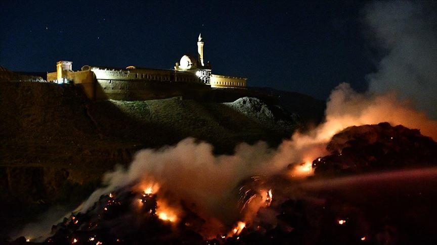 Ağrı'nın Doğubayazıt ilçesinde bulunan tarihi İshak Paşa Sarayı yakınlarında uçurulan dilek balonunun neden olduğu iddia edilen yangında, 5 bin balya ot yandı.