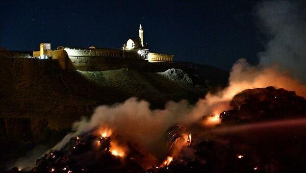 Ağrı'nın Doğubayazıt ilçesinde bulunan tarihi İshak Paşa Sarayı yakınlarında uçurulan dilek balonunun neden olduğu iddia edilen yangında, 5 bin balya ot yandı. - Sputnik Türkiye