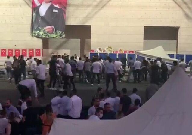 CHP İzmir Gençlik Kolları Kongresinde iki grup arasında kavga çıktı.
