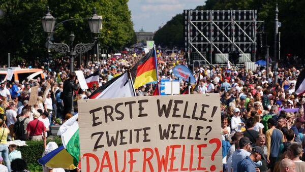 Almanya'nın başkenti Berlin'de koronavirüs salgını ile mücadele kapsamında alınan tedbirler 30 binden fazla kişi tarafından protesto edildi. - Sputnik Türkiye