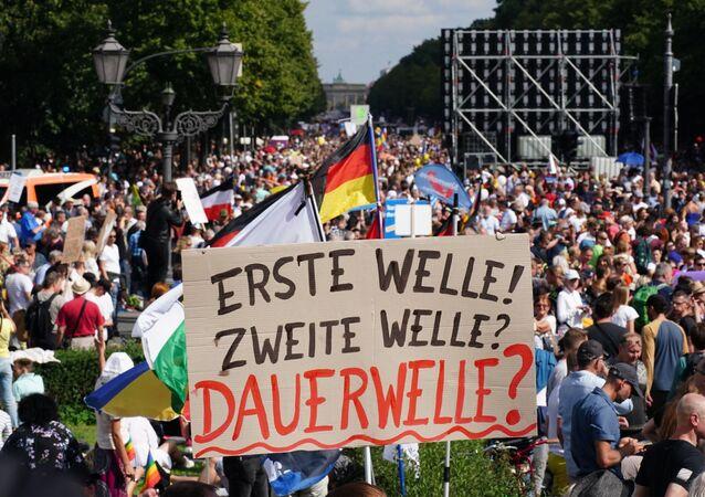 Almanya'nın başkenti Berlin'de koronavirüs salgını ile mücadele kapsamında alınan tedbirler 30 binden fazla kişi tarafından protesto edildi.