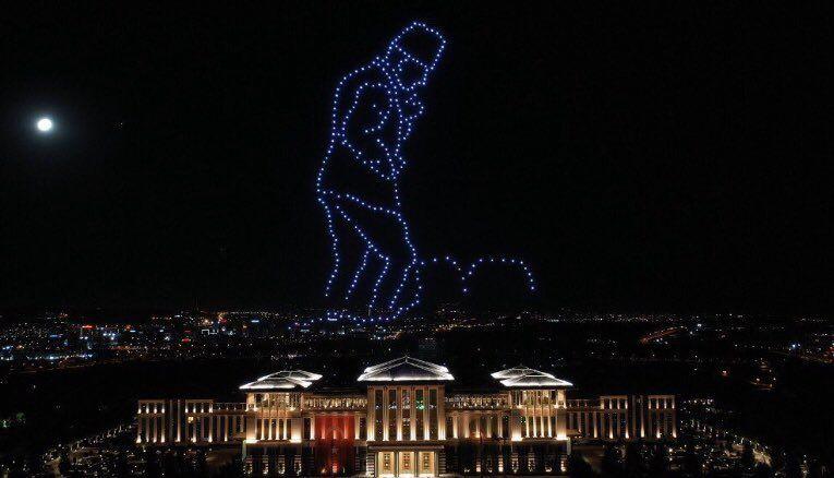 Cumhurbaşkanlığı Külliyesi üzerinde 300 insansız hava aracı ile '30 Ağustos Zaferi' temalı ışık gösterisi düzenlendi