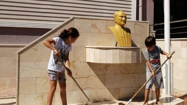 30 Ağustos Zafer Bayramı'nın en sıcak görüntüsü Afyonkarahisar'dan geldi. Dazkırı ilçesinde biri 8 diğeri 7 yaşındaki iki arkadaş, evlerinin yakınındaki okul bahçesinde bulunan Atatürk büstünü su ve fırça ile yıkadı. - Sputnik Türkiye
