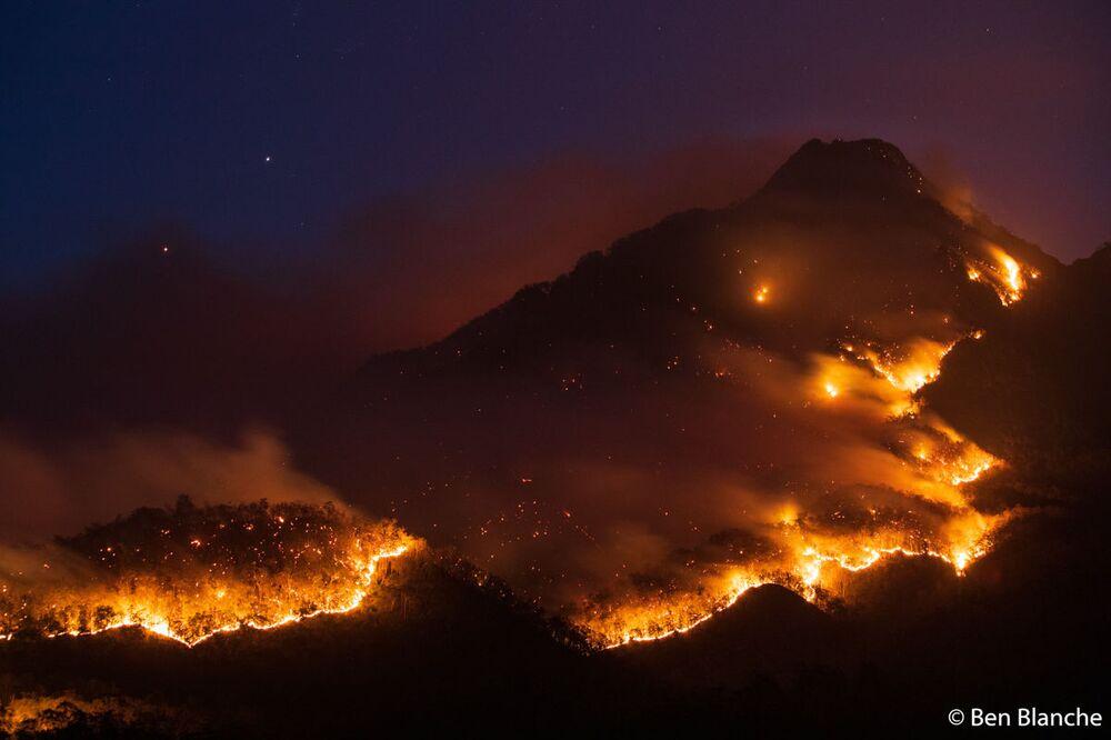 Avustralya 2020 Yılı Doğa Fotoğrafçısı Yarışması'nı kazanan Ben Blanche'nin Border Fire Mt Barney isimli çalışması