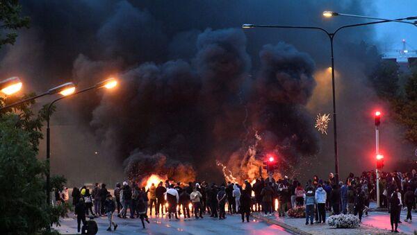 İsveç'in Malmö kentinin Rosengard semtinde göçmenlerin Kuran yakılmasına karşı düzenlediği protesto (28 Ağustos 2020) - Sputnik Türkiye