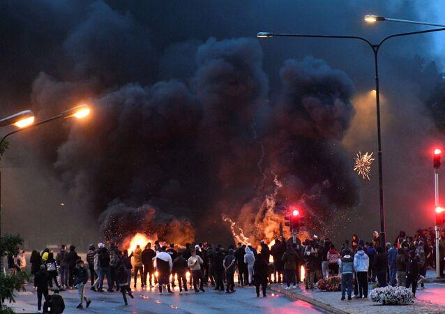İsveç'in Malmö kentinin Rosengard semtinde göçmenlerin Kuran yakılmasına karşı düzenlediği protesto (28 Ağustos 2020)
