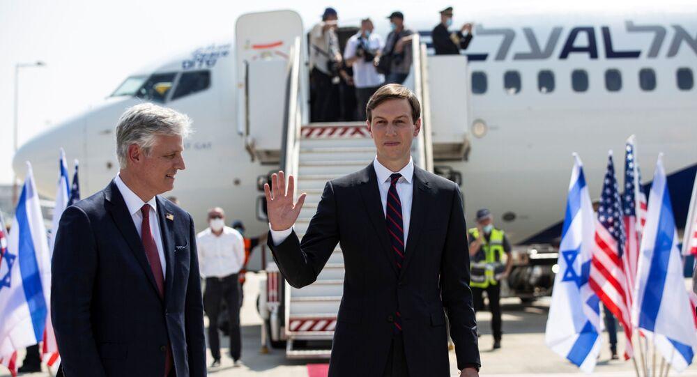 Robert O'Brien ile Jared Kushner (soldan sağa) Tel Aviv'den Abu Dabi'ye giden ilk İsrail yolcu uçağına binerken