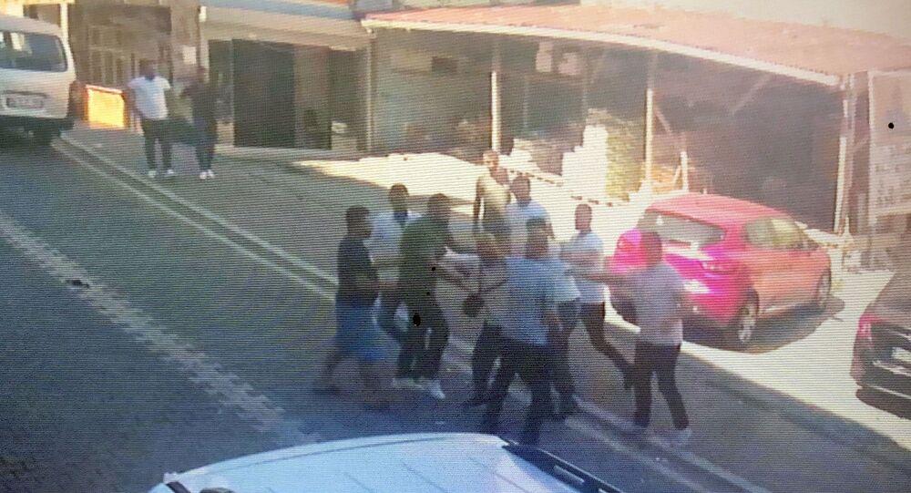 Halı yıkamacılar adres sordu, yanlış anlayan mahalleli meydan dayağı attı - Esenyurt