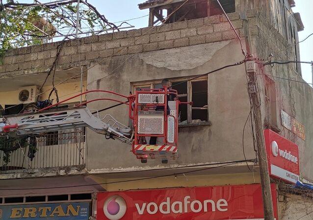 Evde ölü bulunan adamın cesedi sökülen pencereden vinçle çıkarıldı