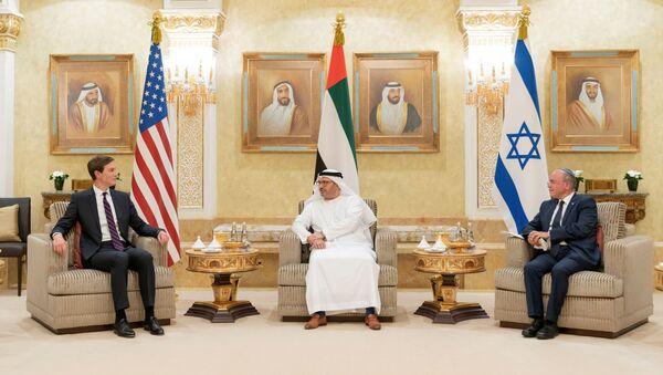 BAE Dışişlerinden Sorumlu Devlet Bakanı Enver Gargaş, Abu Dabi'de ABD ve İsrail bayrakları önünde ABD Başkanı'nın Başdanışmanı Jared Kushner ve İsrail Ulusal Güvenlik Danışmanı Meir Ben-Shabbat'ı ağırlarken - Sputnik Türkiye
