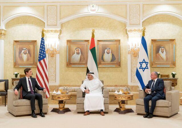 BAE Dışişlerinden Sorumlu Devlet Bakanı Enver Gargaş, Abu Dabi'de ABD ve İsrail bayrakları önünde ABD Başkanı'nın Başdanışmanı Jared Kushner ve İsrail Ulusal Güvenlik Danışmanı Meir Ben-Shabbat'ı ağırlarken
