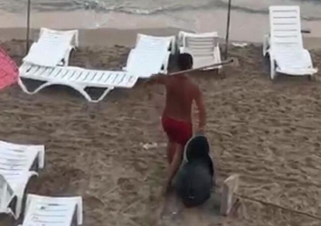 Kuşadası'nda çöp kutularını denize atan şahıs yakalanarak gözaltına alındı