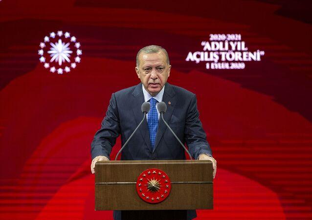Türkiye Cumhurbaşkanı Recep Tayyip Erdoğan, Beştepe Millet Kongre ve Kültür Merkezi'nde düzenlenen 2020-2021 Adli Yılı Açılış Töreni'ne katıldı. Cumhurbaşkanı Erdoğan, burada bir konuşma yaptı.