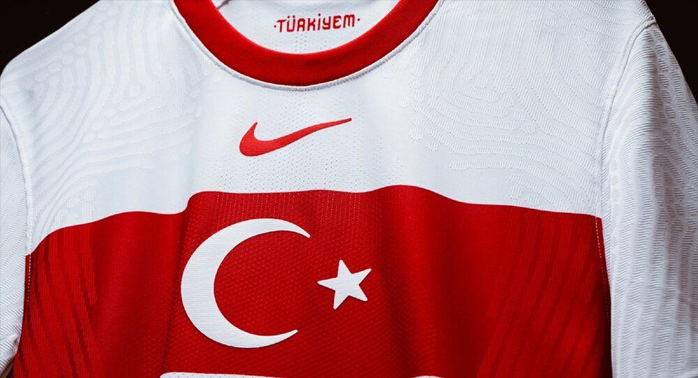 Türkiye A Milli Futbol Takımı'nın Nike tarafından hazırlanan iç saha ve dış saha formalarının tanıtımı yapıldı. Geleneksel renkler ve sembollerden ilham alınarak tasarlanan formalarda bayrak ve bant tasarımın merkezini oluşturuyor. Büyütülmüş ay-yıldız, kırmızı bantın ortasında yer alıyor.