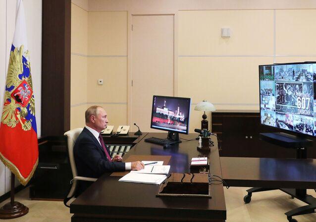 Kovid-19 gölgesinde maskeli ve mesafeli bir şekilde kutlanan bu yılki 1 Eylül Bilgi Günü'nde Putin, Hatırlamak Bilmektir temalı ilk ders kapsamında 2. Dünya Savaşı Zaferinin 75. Yılı konulu bir konuşma yaptı.