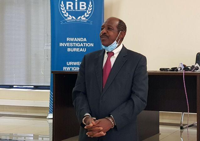 Hollywood'un kahraman ilan ettiği Paul Rusesabagina, Ruanda'da gözaltında elleri kelepçeli halde medyanın karşısına çıkarıldı.