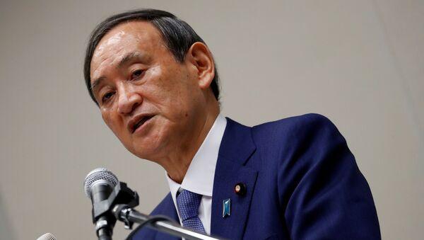 Japonya'da görevinden istifa eden Şinzo Abe yerine başbakanlık koltuğu için Kabine Baş Sekreteri Yoşihide Suga adaylığını açıkladı. - Sputnik Türkiye
