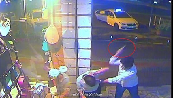 Bursa'da, iddiaya göre dolmuşta giderken kız arkadaşına dokunan adamı kuru sıkı tabancanın kabzasıyla döverek öldüren genç tutuklandı. Cinayet anı saniye saniye güvenlik kameralarına yansıdı. . - Sputnik Türkiye
