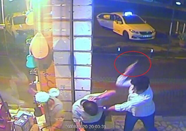 Bursa'da, iddiaya göre dolmuşta giderken kız arkadaşına dokunan adamı kuru sıkı tabancanın kabzasıyla döverek öldüren genç tutuklandı. Cinayet anı saniye saniye güvenlik kameralarına yansıdı. .