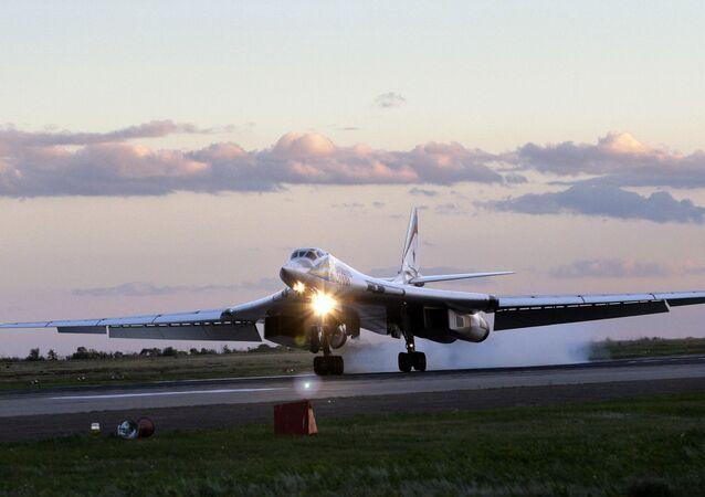 Tu-160, dünya havacılık tarihinde üretilmiş olan en büyük ve güçlü hipersonik uçağı olarak kabul ediliyor ve aynı zamanda kanat geometrisi değişebilen en ağır savaş uçağı.