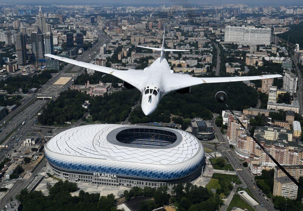 Tu-160 pilotları uçaklarını manevra kabiliyeti ve yansıtmayan beyaz boyası dolayısı ile Beyaz Kuğu olarak adlandırmışlarıdır.