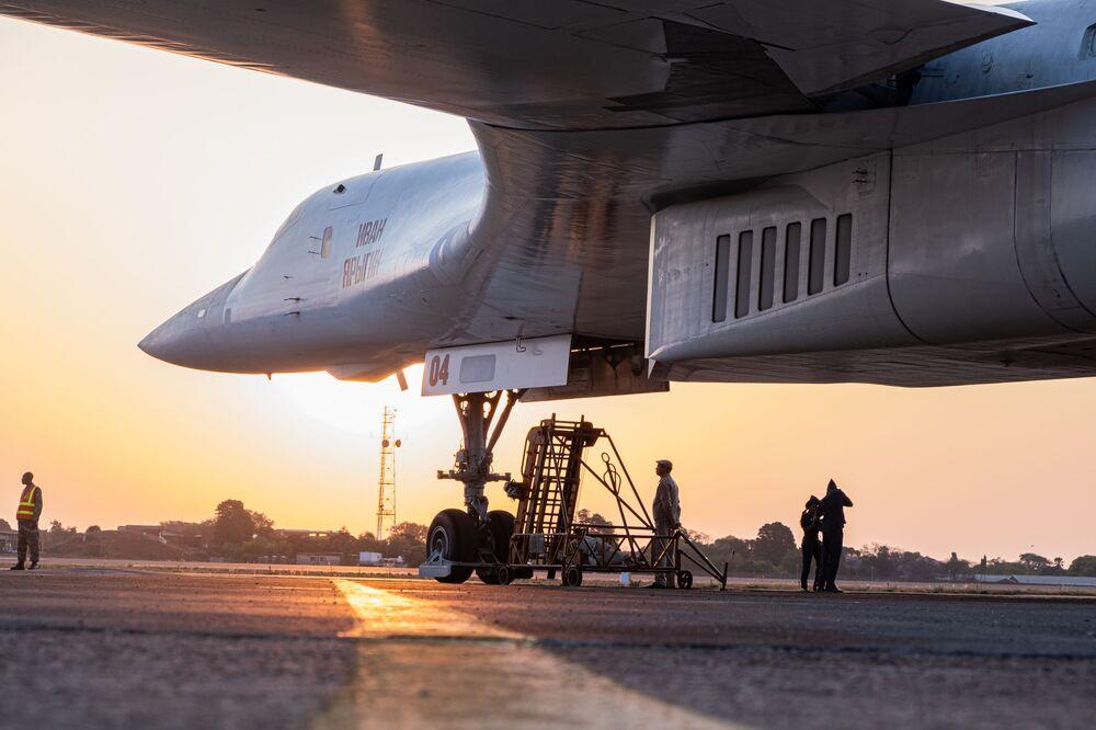 Yapı olarak Amerikan yapımı B-1 Lancer'e benzemekle birlikte ondan daha büyük, daha fazla taşıma kapasiteli ve hızlıdır.