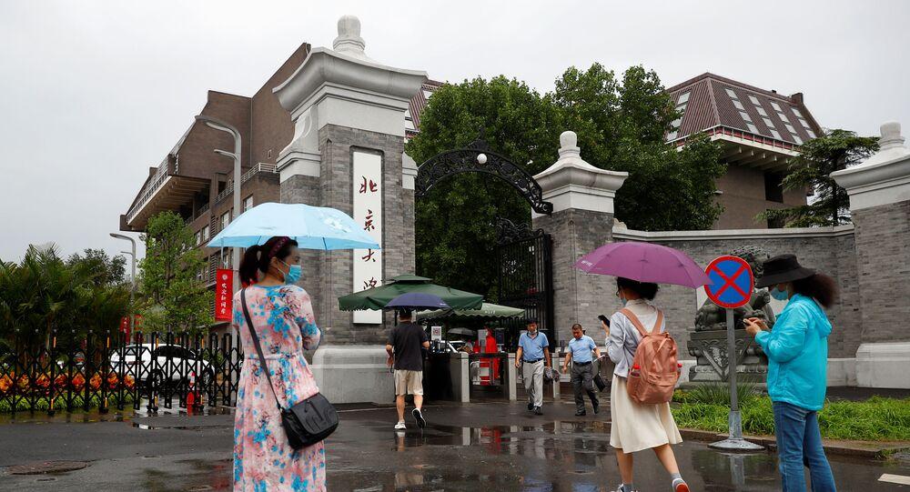 Pekin Üniversitesi'ne geri dönen Çinli öğrenciler