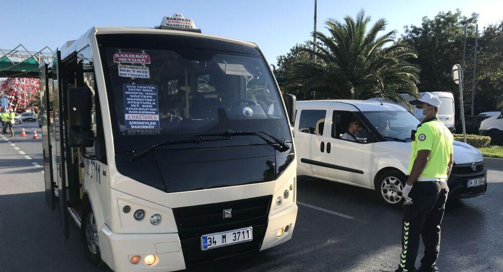Bakırköy'de toplu taşıma araçlarına yönelik yapılan denetimlerde bir minibüs şoförüne 10 yolcu fazla aldığı için ceza kesildi. Kendisini görüntüleyen gazetecilerin 'Neden fazla yolcu aldınız?' sorusu üzerine şoför, Kameranız dağılmasın diyerek tehdit etti.