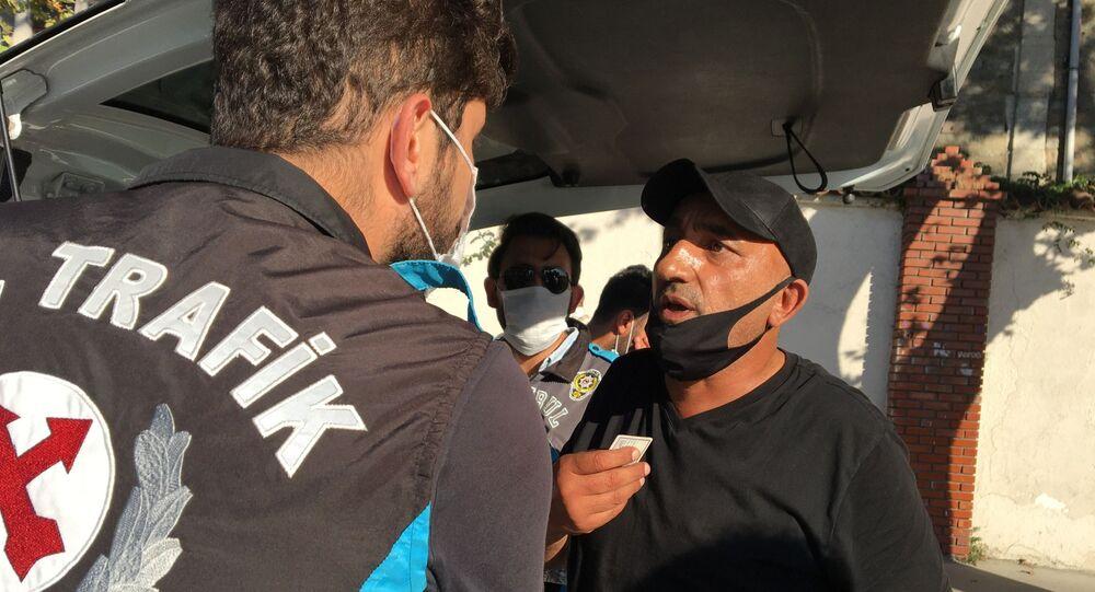 İstanbul'da Trafik Şube Müdürlüğü ekipleri, Perpa Darülaceze Caddesi üzerinde toplu taşıma araçlarında koronavirüs denetimi yaptı