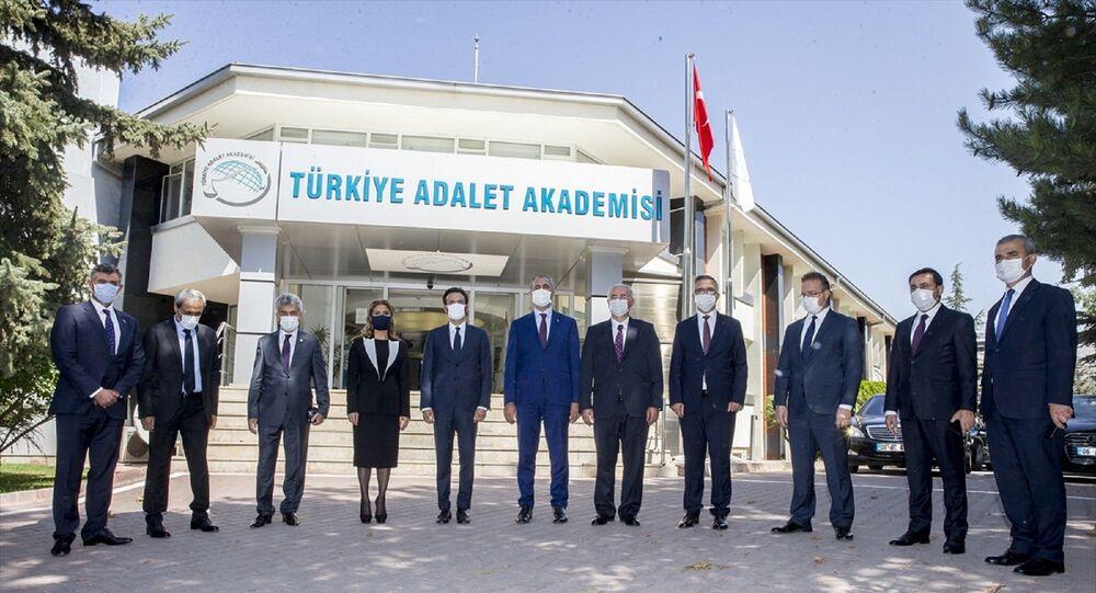 Adalet Bakanı Abdulhamit Gül (sol 6) ve Avrupa İnsan Hakları Mahkemesi (AİHM) Başkanı Robert Spano (sol 5), Türkiye Adalet Akademisi'nde düzenlenen 24. Dönem Hakim ve Savcı Adayları Eğitim Açılış Töreni'ne katıldı. Törenin ardından Bakan Gül ve beraberindekiler Türkiye Adalet Akademisi yerleşkesinde incelemelerde bulundu.