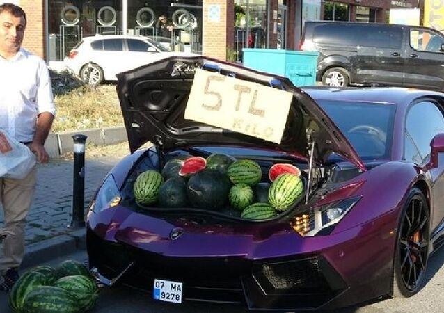 Beyoğlu'nda karpuz satışı yapılan lüks otomobil tescil belgesinde gösterilen maksadın dışında kullanıldığı gerekçesiyle 15 gün süreyle trafikten men edilirken, sürücüye idari para cezası uygulandı.