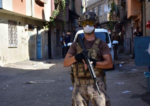 Gaziantep'te 655 polisin katılımıyla torbacı olarak tabir edilen sokak satıcılarına yönelik uyuşturucu operasyonu başlatıldı.