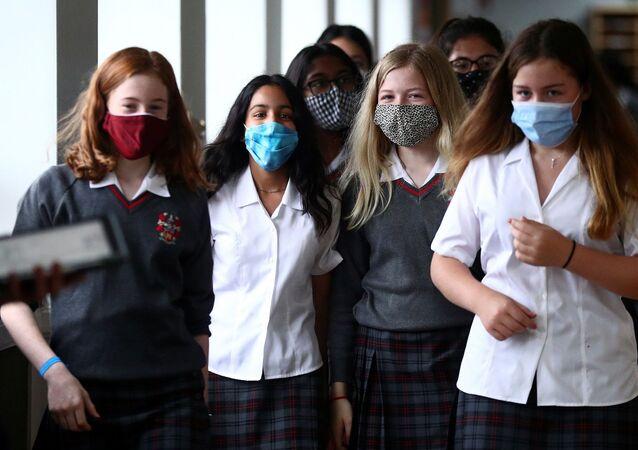 Middlesex - İngiltere - maske - koronavirüs - maske - öğrenci