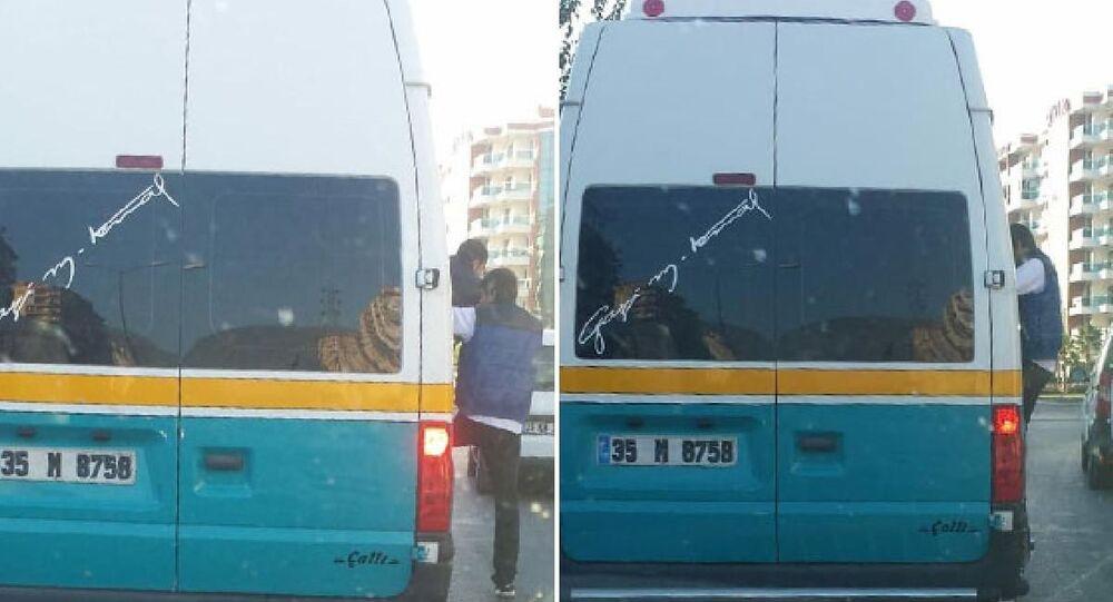 İzmir'in Bayraklı ilçesinde, şoförün koronavirüs tedbirlerini hiçe sayarak, fazla sayıda yolcu aldığı minibüste, bir vatandaş açık kapıdan sarkarak yolculuk etti