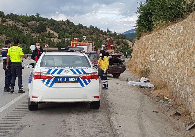 Karabük'te enerji hattı değişimi yapan ve yaptıkları maddi hasarlı kaza sonrası kamyonetten inerek yolda yürüyen 2 işçiye bir otomobil çarptı. Otomobille istinat duvarı arasında sıkışan 2 işçi hayatını kaybetti.