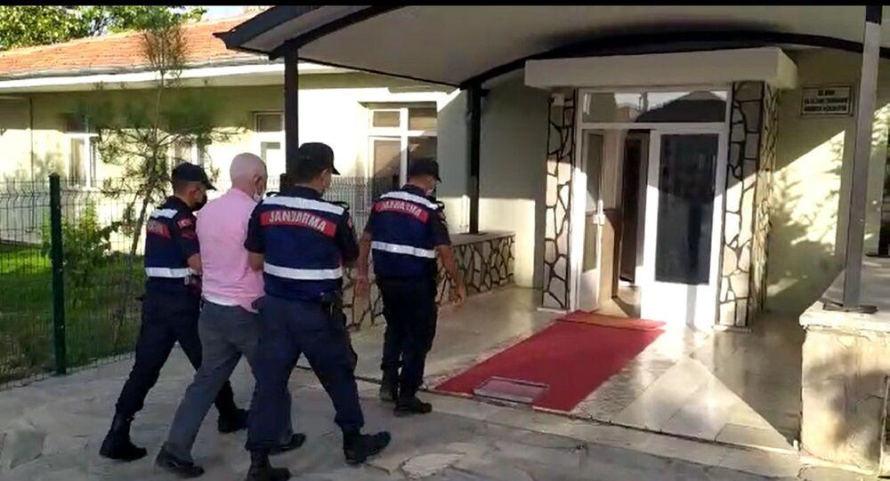 Denizli'de cinsel istismar suçundan 3 yıldır aranan şahıs ismini değiştirerek yaşadığı ilçede yakalandı. 15 yıl hapis cezası bulunan şahıs jandarmanın dedektifleri olan JASAT timi tarafından tespit edilen şahıs tutuklandı.