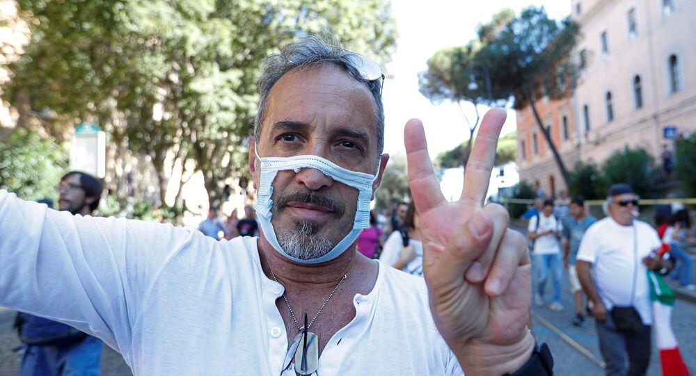 İtalya'da yüzlerce kişi, yeni tip koronavirüs (Kovid-19) salgınına yönelik önlemleri protesto etti.