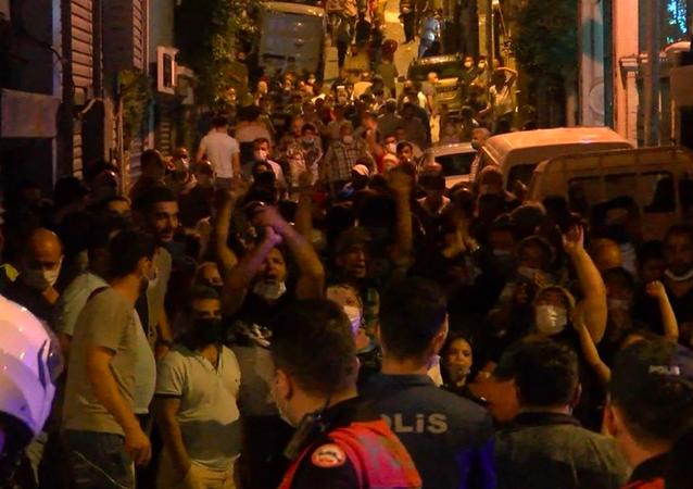 Beyoğlu'nda cumartesi günleri kurulan pazarın kurulmasına, koronavirüs önlemleri kapsamında izin verilmedi. Kararı duyan pazarcılar sokağı kapatarak eylem yaptı. Bu esnada koronavirüs önlemleri de rafa kalktı.