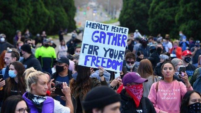 Avustralya'nın Melbourne kentinde halk koronavirüs salgını ile mücadele kapsamında getirilen kısıtlamaları ve hükümeti protesto etti.