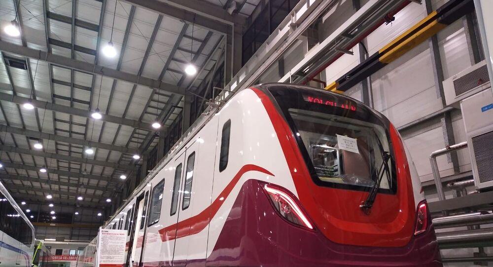 İstanbul Havalimanı'nı şehir merkezine bağlayacak Gayrettepe-İstanbul Havalimanı metrosunda ilk tren setinin imalatları tamamlanarak raylara indirildi. Ulaştırma ve Altyapı Bakanı Adil Karaismailoğlu, 120 kilometre hız yapabilecek Türkiye'nin en hızlı metrosunda kullanılacak tren setlerinin bu ay içerisinde birleştirilerek performans testlerine başlanacağını söyledi.