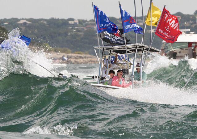 Teksas eyaletinin başkenti Austin kenti yakınlarındaki Travis Gölü'nde Başkan Trump'ın kampanya bayraklarını açan teknelerin yan yana ilerleyerek dalga yaratması sonucu çoğu battı, içindekiler kurtarıldı.
