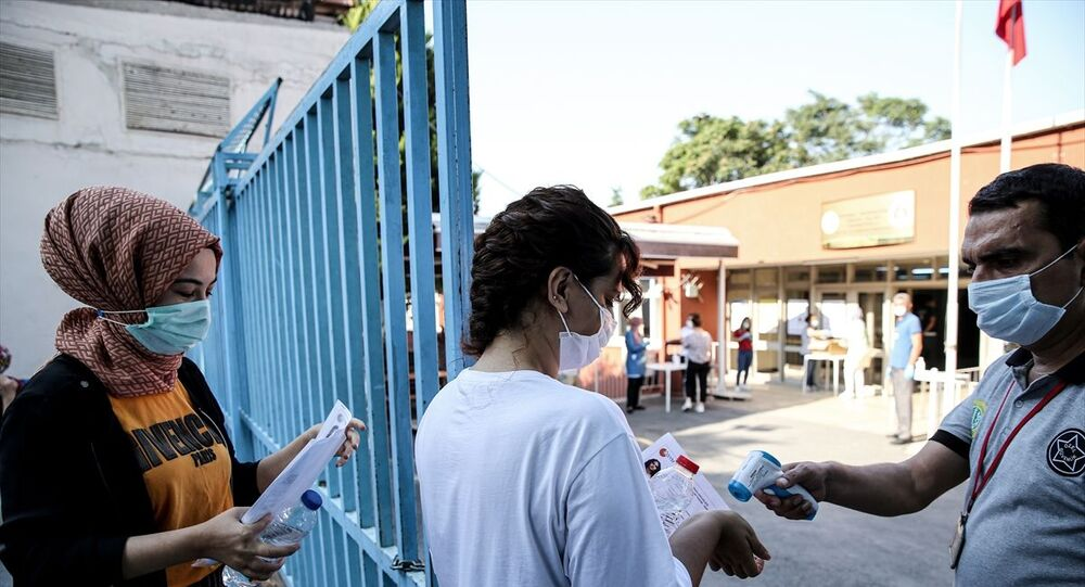 Kamu Personel Seçme Sınavı (KPSS) maratonu, Genel Kültür-Genel Yetenek ve Eğitim Bilimleri oturumuyla saat 10.15'te başladı. İstanbul İstanbul Üniversitesi Yabancı Diller Yüksekokulu'nda adaylar sınava girdi. Koronavirüs (Covid-19) tedbirleri kapsamında adayların bina girişinde ateşleri ölçüldü.