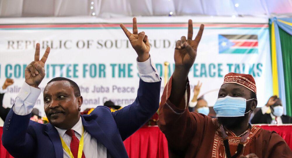 Güney Sudan'da törenle Sudan geçiş hükümeti ile 5 silahlı isyancı grup arasında barış anlaşması imzalanmasının ardından, Sudan Halk Kurtuluş Hareketi-Kuzey (SPLM-N) örgütü Agar fraksiyonu Genel Başkan Yardımcısı Yasir Arman ile Genel Sekreteri İsmail Halas Calab zafer işareti yaparken